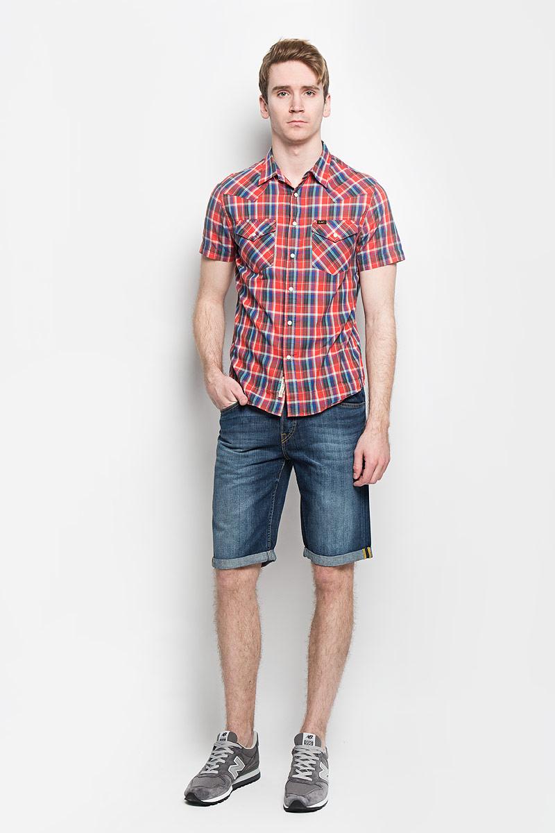 Рубашка мужская Lee, цвет: красный, синий. L640ZDAF. Размер M (48)L640ZDAFСтильная мужская рубашка Lee, выполненная из 100% хлопка, подчеркнет ваш уникальный стиль и поможет создать оригинальный образ.Рубашка с короткими рукавами и отложным воротником застегивается на кнопки спереди. Модель украшена актуальным принтом в клетку и дополнена двумя накладными нагрудными карманами, закрывающимися клапанами с кнопками. Такая рубашка будет дарить вам комфорт в течение всего дня и послужит замечательным дополнением к вашему гардеробу.