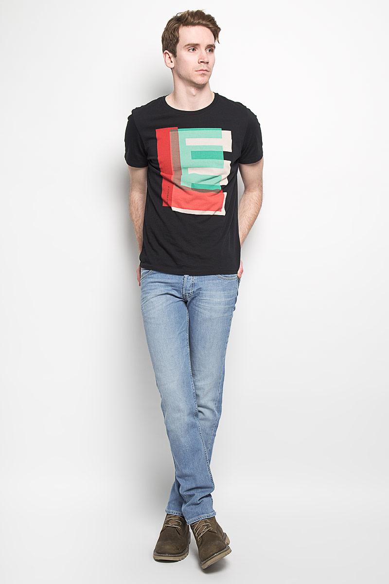 Джинсы мужские Lee, цвет: голубой. L704BCQH. Размер 34-34 (50-34)L704BCQHМодные мужские джинсы Lee - это джинсы высочайшего качества, которые прекрасно сидят. Они выполнены из высококачественного эластичного хлопка, что обеспечивает комфорт и удобство при носке. Модель немного зауженного кроя стандартной посадки станет отличным дополнением к вашему современному образу. Изделие застегивается на пуговицу в поясе и ширинку на пуговицах, а также дополнено шлевками для ремня. Джинсы имеют классический пятикарманный крой: спереди модель дополнена двумя втачными карманами и одним маленьким накладным кармашком, а сзади - двумя накладными карманами.Эти модные и в тоже время комфортные джинсы послужат отличным дополнением к вашему гардеробу.