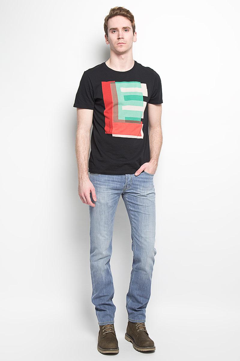 Джинсы мужские Lee Powell, цвет: голубой. L704BHRL. Размер 32-32 (48-32)L704BHRLСтильные мужские джинсы Lee Powell - джинсы высочайшего качества на каждый день, которые прекрасно сидят. Модель классического кроя и средней посадки изготовлена из высококачественного хлопка с добавлением эластана. Застегиваются джинсы на пуговицу в поясе и ширинку на пуговицах, имеются шлевки для ремня. Спереди модель дополнена двумя втачными карманами и одним небольшим секретным кармашком, а сзади - двумя накладными карманами. Джинсы оформлены контрастной отстрочкой, перманентными складками и легким эффектом потертости. Эти модные и в тоже время комфортные джинсы послужат отличным дополнением к вашему гардеробу. В них вы всегда будете чувствовать себя уютно и комфортно.
