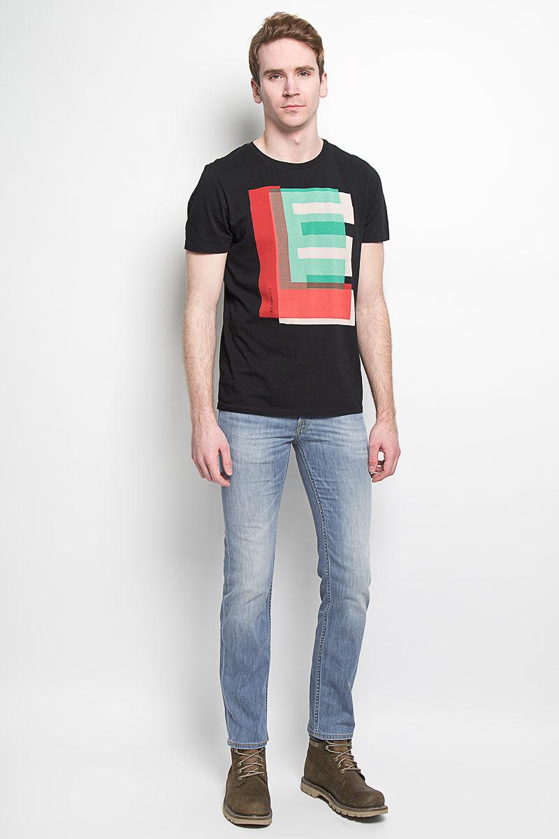 Джинсы мужские Lee Powell, цвет: голубой. L704BHRL. Размер 30-32 (46-32)L704BHRLСтильные мужские джинсы Lee Powell - джинсы высочайшего качества на каждый день, которые прекрасно сидят. Модель классического кроя и средней посадки изготовлена из высококачественного хлопка с добавлением эластана. Застегиваются джинсы на пуговицу в поясе и ширинку на пуговицах, имеются шлевки для ремня. Спереди модель дополнена двумя втачными карманами и одним небольшим секретным кармашком, а сзади - двумя накладными карманами. Джинсы оформлены контрастной отстрочкой, перманентными складками и легким эффектом потертости. Эти модные и в тоже время комфортные джинсы послужат отличным дополнением к вашему гардеробу. В них вы всегда будете чувствовать себя уютно и комфортно.