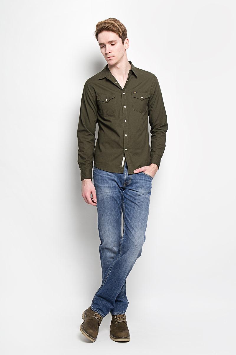Джинсы мужские Lee, цвет: синий. L730DEQN. Размер 29-34 (44/46-34)L730DEQNМодные мужские джинсы Lee - это джинсы высочайшего качества, которые прекрасно сидят. Они выполнены из высококачественного натурального хлопка, что обеспечивает комфорт и удобство при носке. Классические прямые джинсы стандартной посадки станут отличным дополнением к вашему современному образу. Джинсы застегиваются на пуговицу в поясе и ширинку на застежке-молнии, а также дополнены шлевками для ремня. Джинсы имеют классический пятикарманный крой: спереди модель оформлена двумя втачными карманами и одним маленьким накладным кармашком, а сзади - двумя накладными карманами.Эти модные и в тоже время комфортные джинсы послужат отличным дополнением к вашему гардеробу.