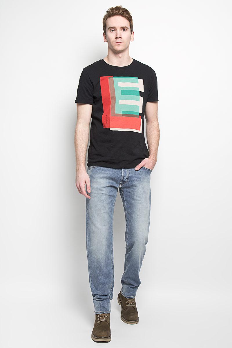 Джинсы мужские Lee, цвет: синий. L715DXRJ. Размер 31-34 (46/48-34)L715DXRJМодные мужские джинсы Lee - это джинсы высочайшего качества, которые прекрасно сидят. Они выполнены из высококачественного эластичного хлопка, что обеспечивает комфорт и удобство при носке. Классические прямые джинсы стандартной посадки станут отличным дополнением к вашему современному образу. Джинсы застегиваются на пуговицу в поясе и ширинку на пуговицах, имеются шлевки для ремня. Джинсы имеют классический пятикарманный крой: спереди модель оформлена двумя втачными карманами и одним маленьким накладным кармашком, а сзади - двумя накладными карманами.Эти модные и в тоже время комфортные джинсы послужат отличным дополнением к вашему гардеробу.