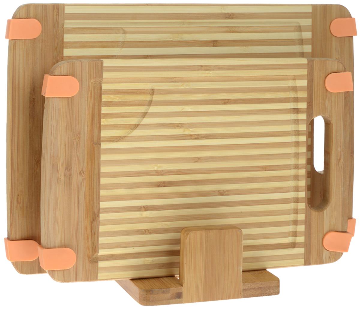 Набор разделочных досок Mayer & Boch, на подставке, 2 шт. 2259022590Набор Mayer & Boch состоит из двух прямоугольных разделочных досок и подставки. Изделия выполнены из экологически чистого бамбука. Бамбук является возобновляемым ресурсом, что делает его безопасным для использования. Не содержит красителей - перманентная краска не выцветает и не смывается. Бамбук впитывает влагу в маленьких количествах и обладает естественными антибактериальными свойствами. Доски отлично подходят для приготовления и измельчения пищи, а также для сервировки стола. Специальные силиконовые накладки предотвращают скольжение. Доски снабжены ручкой для комфортного использования, а также выемками по краю для стока жидкости. Такой набор станет практичным и полезным приобретением для вашей кухни. Размер досок: 35 х 25 х 1,6 см; 30 х 20 х 1,6 см. Размер подставки: 15 х 13 х 6 см.