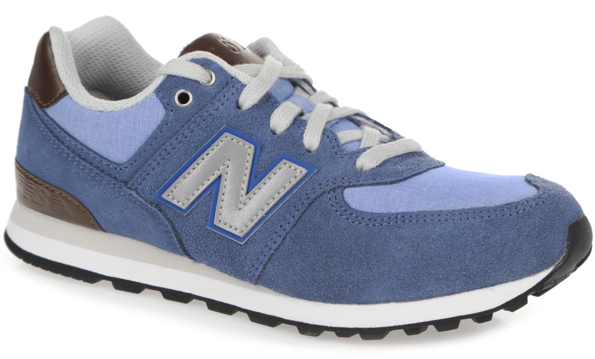 Кроссовки для мальчика New Balance, цвет: серо-голубой, голубой, темно-коричневый. KL574U2P. Размер 1 (32,5)KL574U2P/MСтильные кроссовки от New Balance придутся по душе вашему мальчику. Верх модели выполнен из натуральной кожи со вставками из искусственной кожи и текстиля. По бокам обувь оформлена нашивками из искусственной кожи со светоотражающим элементом в виде фирменного логотипа бренда, на язычке и заднике - тиснением в виде символики и названия бренда. Светоотражающие элементы предназначены для лучшей видимости в темное время суток. Классическая шнуровка надежно зафиксирует изделие на ноге. Мягкая верхняя часть и подкладка, изготовленная из текстиля, гарантируют уют и предотвращают натирание. Стелька из материала EVA с текстильной поверхностью, дополненная легкой перфорацией для лучшей воздухопроницаемости, обеспечивает комфорт. Подошва из резины оснащена рифлением для лучшей сцепки с поверхностями. Удобные кроссовки займут достойное место среди коллекции обуви вашего ребенка.