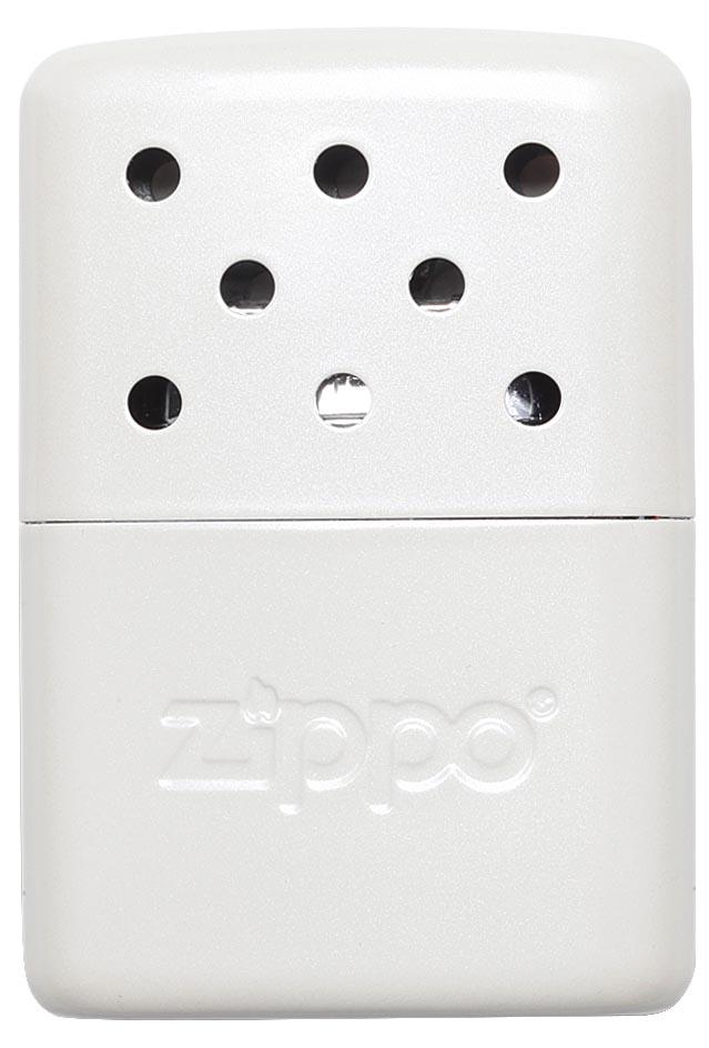 Грелка каталитическая Zippo. 4036140361Каталитическая бензиновая грелка Zippo, выполненная из нержавеющей стали, предназначена для обогрева для рук. Удобная и компактная, она легко помещается в кармане или перчатке. Непрерывная работа возможна в течение более 6 часов. Грелка выделяет тепло путем каталитического горения. Пары топлива проходят через каталитический патрон, где окисляются кислородом - происходит беспламенное горение. В комплект входят мерный стаканчик-наполнитель для заправки и специальный защитный чехол.