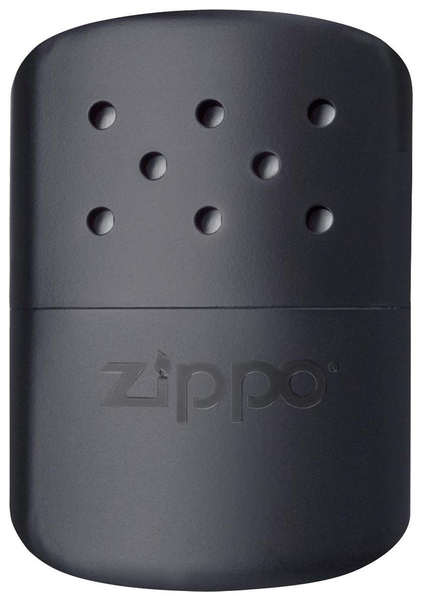 Каталитическая грелка Zippo. 4036840368Каталитическая бензиновая грелка для рук. Удобная и компактная, легко помещается в кармане или перчатке. Непрерывная работа возможна в течении более 12 часов. Будет полезна туристам, охотникам, рыболовам, тем, чья работа связана с долгим пребыванием на холоде. Грелка Zippo Black выделяет тепло путем каталитического горения. Пары топлива проходят через каталитический патрон, где окисляются кислородом – происходит беспламенное горение. Полной заправки хватает более чем на 12 часов работы (у грелок с новым катализатором фактически более 24 часов). Катализатор – стекловолокно, покрытое тонким слоем платины. Для заправки настоятельно рекомендуется специальное очищенное топливо Zippo, так как использование обычного бензина быстро загрязнит катализатор, приведя его в негодность. Грелка Zippo имеет небольшой размер, что позволяет хранить ее в любом кармане или перчатке. Корпус грелки нагревается до 70° C, поэтому держать ее необходимо, предварительно поместив в чехол. Экологически безопасна, практически не выделяет запаха. В комплект входят мерный стаканчик-наполнитель для заправки и специальный защитный чехол. Чтобы привезти грелку Zippo в рабочее состояние необходимо:снять катализатор;заправить грелку топливом;одеть катализатор на грелку;хорошенько прогреть катализатор (одетый на грелку) на открытом огне в течении 10-15 секунд. После чего начнется каталитическое горение похожее на тление (хорошо заметно в темноте). До полного выгорания топлива затушить катализатор невозможно!