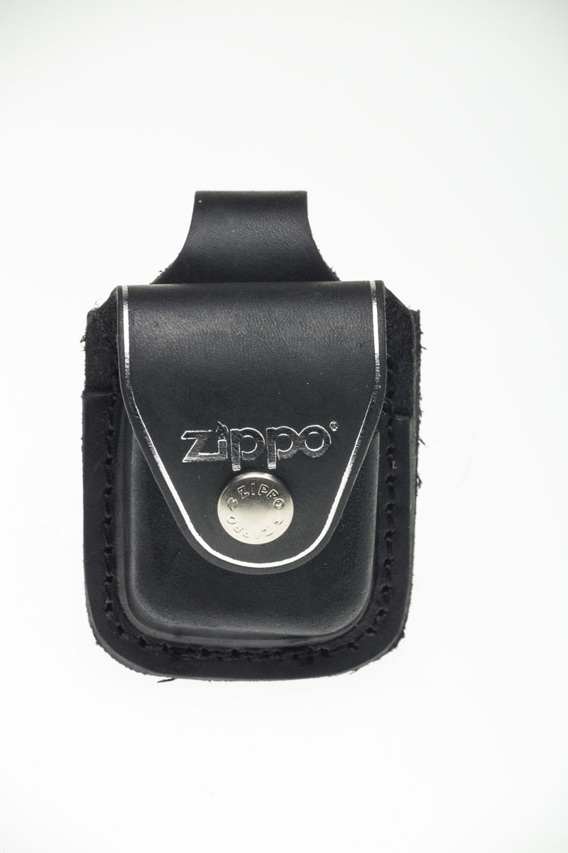 """Чехол из натуральной кожи предназначен для классической зажигалки """"Zippo"""". Изделие защитит вашу зажигалку от повреждений. Чехол, закрывающийся на клапан с кнопкой, крепится к ремню высотой до 5 см посредством кожаного хлястика с кнопкой на задней части чехла. Чехол упакован в черную оригинальную коробку Zippo."""