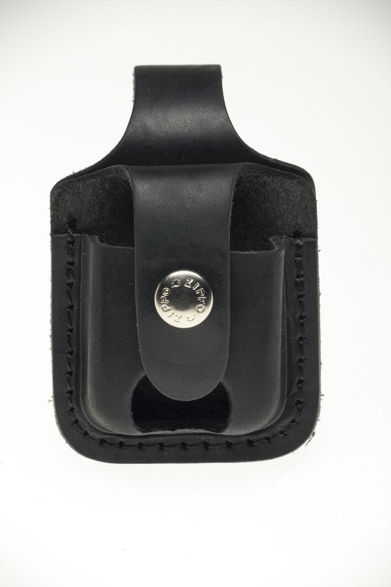 """Чехол из натуральной кожи предназначен для классической зажигалки """"Zippo"""". Изделие защитит вашу зажигалку от повреждений. Чехол, закрывающийся на клапан с кнопкой, крепится к ремню высотой до 5 см посредством кожаного хлястика с кнопкой на задней части чехла. Изделие имеет отверстие для большого пальца. Чехол упакован в черную оригинальную коробку Zippo."""