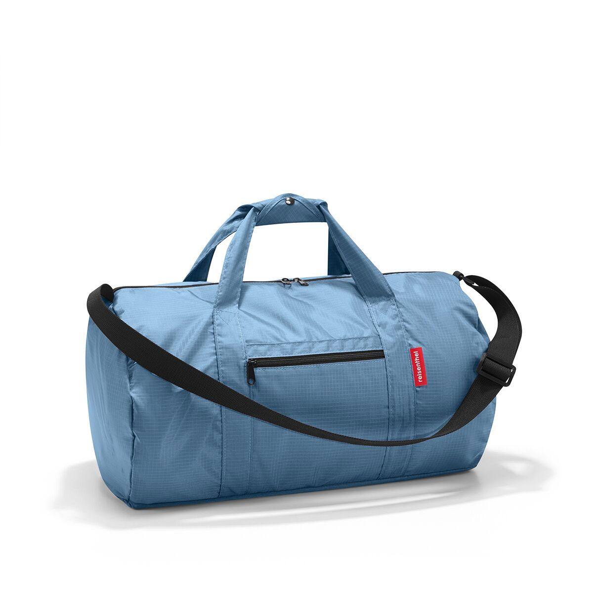 Сумка спортивная женская Reisenthel, цвет: синий. AM4008AM4008Универсальная сумка-трансформер серии Mini Maxi, предназначенная для путешествий и спорта. Подходит для хранения, компактно складывается в собственный внутренний карман. У модели вместительное основное отделение на молнии, экономит место при хранении и перевозке в сложенном состоянии, регулируемый наплечный ремень, ручки для переноски, регулируемые при помощи специальных застежек, два внешних кармана на молнии, материал: высококачественный водостойкий полиэстер, объем - 20 литров.