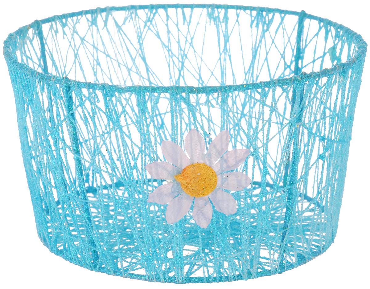 Корзина декоративная Home Queen Сияние, цвет: голубой, диаметр 18 см66829_1Декоративная корзинка Home Queen Сияние прекрасно подойдет для хранения пасхальных яиц, а также различных мелочей. Корзинка имеет металлический каркас, обтянутый нитями из полиэстера. Блестки придают изделию особый праздничный вид. Сбоку корзинка декорирована аппликацией в виде цветочка.Такая корзинка украсит интерьер дома к Пасхе, внесет частичку тепла и веселья в ваш дом.