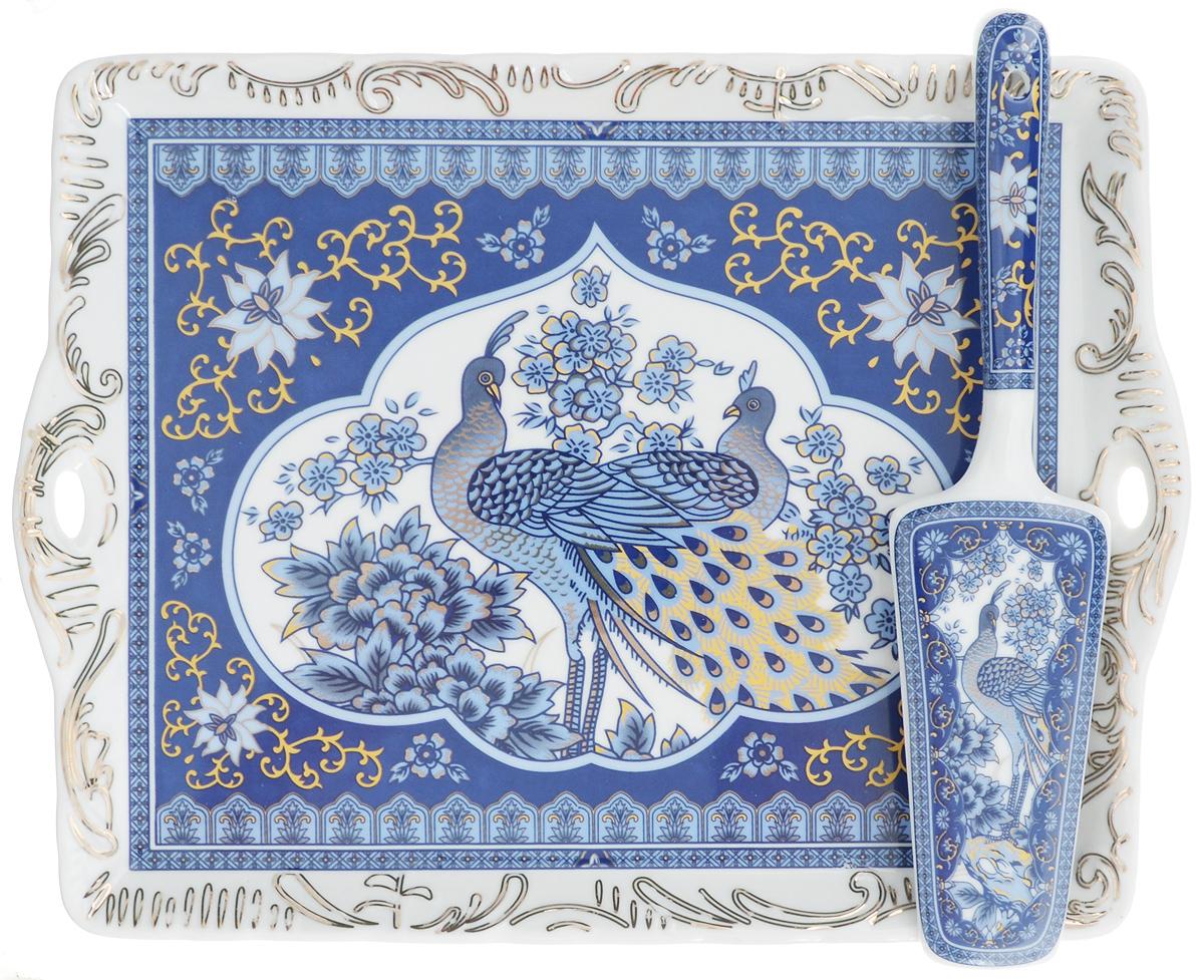 Поднос Elan Gallery Синий павлин, с лопаткой, 29 х 22,5 см180780Прямоугольный поднос Elan Gallery изготовлен извысококачественной керамики и оформлен красочным изображением птиц. Поднососнащен невысокими бортиками и ручками, благодаря которым его удобно переносить.Может использоваться как для сервировки, так и для декора кухни.Поднос прекрасно дополнит интерьер и добавит вобычную обстановку нотки романтики и изящности. В комплект входит специальная лопатка.Нерекомендуется применять абразивные моющиесредства. Не использовать в микроволновой печи.Размер подноса: 29 х 22,5 х 2 см. Длина лопатки: 24 см.