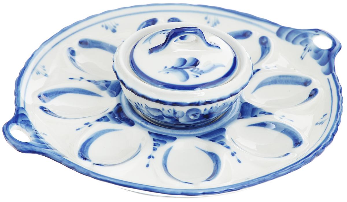 Набор для яиц Праздничный. 993016312993016312Набор Праздничный состоит из тарелки для яиц с ручками и емкости с крышкой. Все предметы набора выполнены из высококачественной керамики и оформлены оригинальной гжельской росписью. На тарелке имеются специальные углубления для 8 яиц и одно углубление для емкости. В емкости можно хранить соус, майонез или использовать ее как солонку. Обращаем ваше внимание, что роспись на изделиях сделана вручную. Рисунок может немного отличаться от изображения на фотографии.Диаметр тарелки: 22,5 см. Высота тарелки: 2,5 см. Диаметр емкости по верхнему краю: 9 см. Высота стенок емкости: 4 см. Объем емкости: 100 мл.