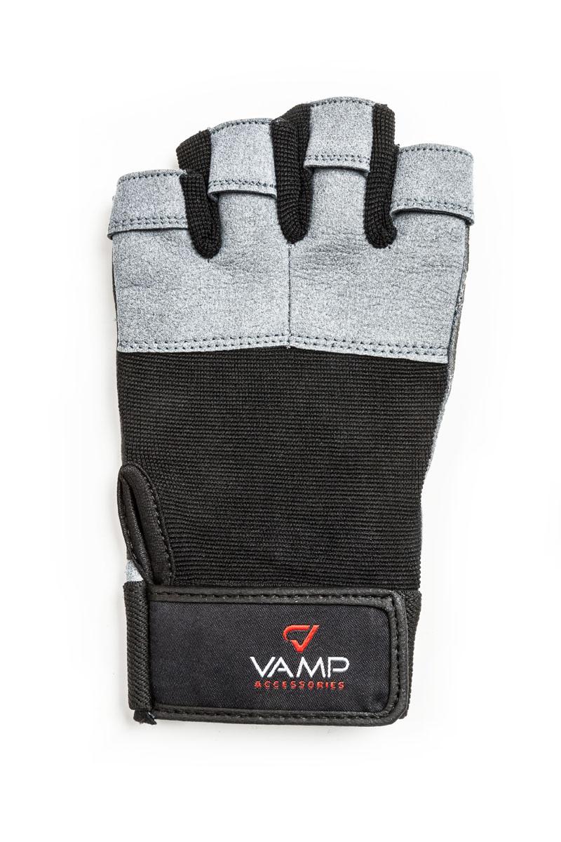 Перчатки для фитнеса мужские Vamp, цвет: серый. 530. Размер SV-348Мужские перчатки повышенной прочности Vamp - для серьезных нагрузок.Они подходят для пауэрлифтинга и бодибилдинга. Перчатки необходимы для безопасной тренировки со снарядами (грифы, гантели), во время подтягиваний и отжиманий. Они минимизируют риск мозолей и ссадин на ладонях. Легко и просто снимаются с руки после тяжелой тренировки благодаря специальным вкладкам на пальцах. Застежка-липучка надежно зафиксирует перчатки на руках. - Легко и просто снимаются с руки после тяжелой тренировки благодаря специальным вкладкам на пальцах. - Застежка на липучке прочно фиксирует перчатку и удобно регулируется. - Между пальцами - многослойная лайкра.