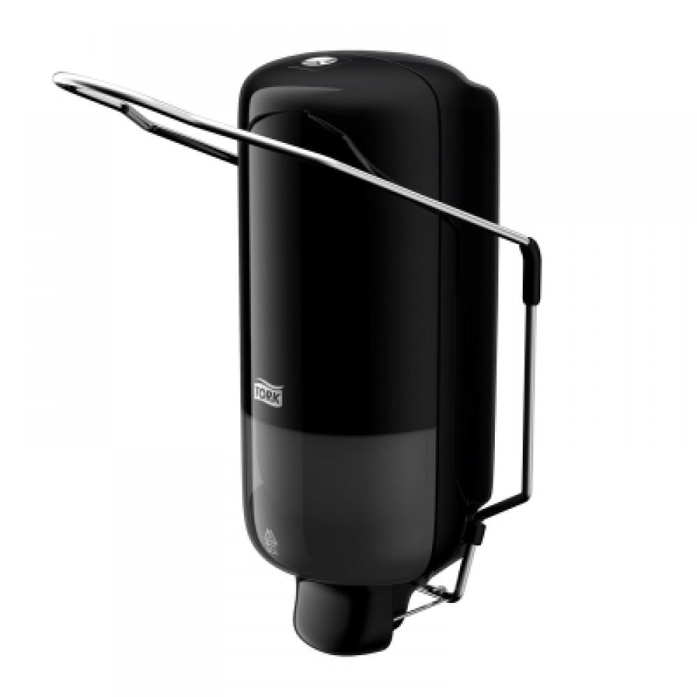 Диспенсер для мыла Tork, цвет: черный. 560108560108Диспенсер с локтевым приводом предназначен для объектов с особенно высокими требованиями к стандартам гигиены (пищевое производство, медицина) либо для участков, где степень загрязнения рук такова, что использование обычного диспенсера будет негигиеничным (например, автосервисы).Дозатор предназначен для одного стандартного картриджа мыла Tork. Избежать протекания и засорения приспособления позволяет надежная система дозирования средства. Локтевой привод - для помещений с повышенными гигиеническими требованиями. Надежная система подачи мыла - экономичный расход, исключает протекание. Ударопрочный пластик - отвечает всем требованиям гигиены. 1000 порций мыла.