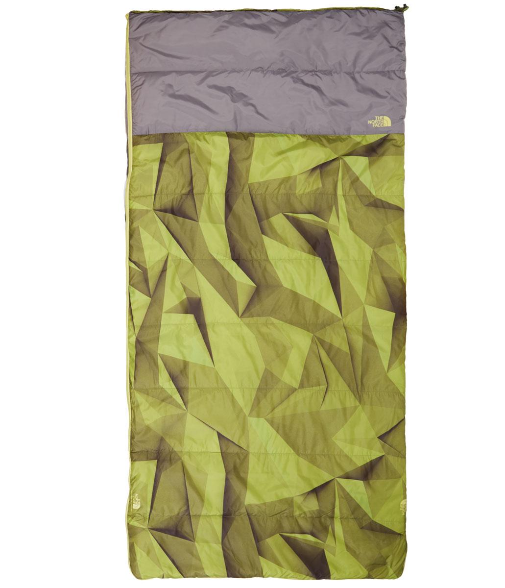 Спальный мешок The North Face Homestead Twin 40/4, цвет: зеленый. T0CJ2YHAPRH REGT0CJ2YHAPRH REGВершина кемпингового комфорта и стиля - огромный синтетический спальный мешок The North Face Homestead Twin 40/4 размером со стандартный двойной коврик. Есть возможность состегивания с аналогичным спальным мешком. Для удобства транспортировки он упакован в удобный чехол с лямками.