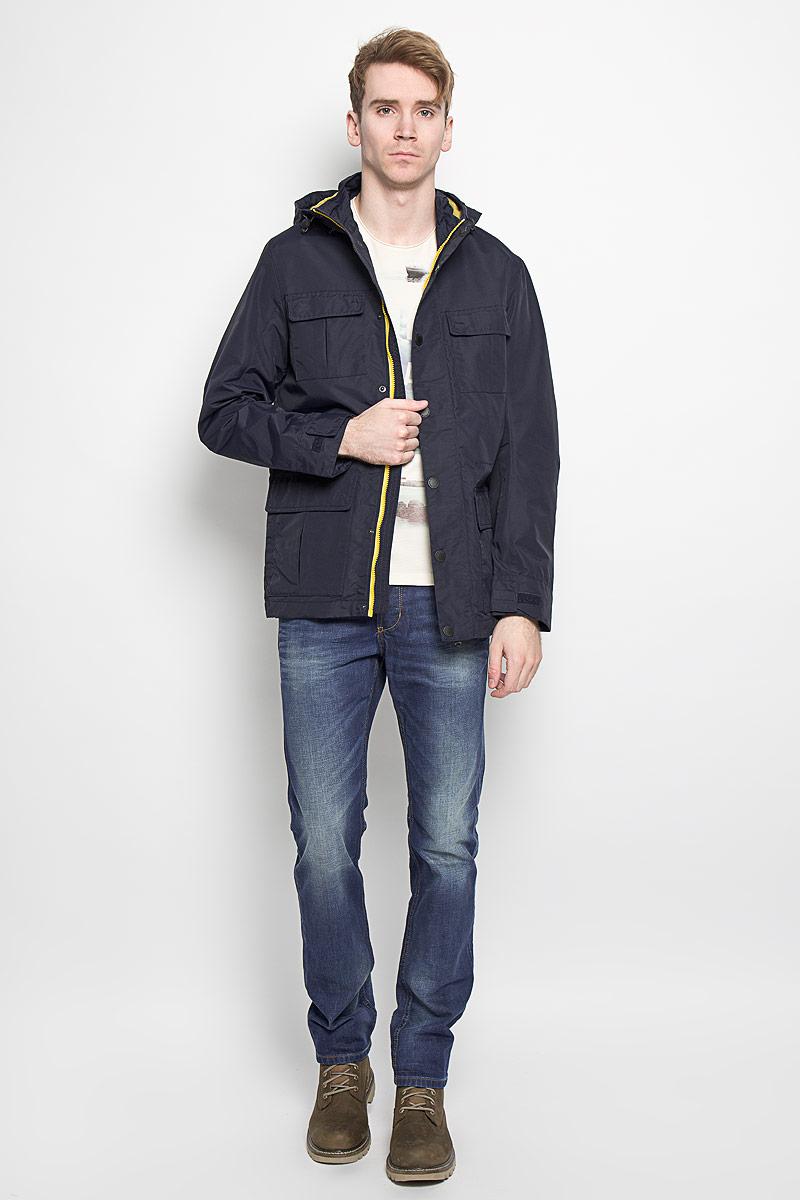 Куртка мужская Tom Tailor Denim, цвет: темно-синий. 3532443.00.12. Размер M (48)3532443.00.12Стильная мужская куртка Tom Tailor Denim, выполненная из водоотталкивающего и водонепроницаемого материала, отлично подойдет для прохладных дней. Куртка на подкладке с несъемным капюшоном и воротником-стойкой застегивается на пластиковую застежку-молнию и дополнительно имеет ветрозащитный клапан на кнопках. Капюшон регулируется с помощью резинки со стопперами. Объем манжет рукавов регулируется с помощью хлястиков на липучках. Спереди модель дополнена четырьмя накладными карманами, которые закрываются клапанами на кнопках, внутри предусмотрен прорезной карман на кнопке.Эта модная и в то же время комфортная куртка согреет вас в холодное время года и прекрасно подойдет для прогулок.