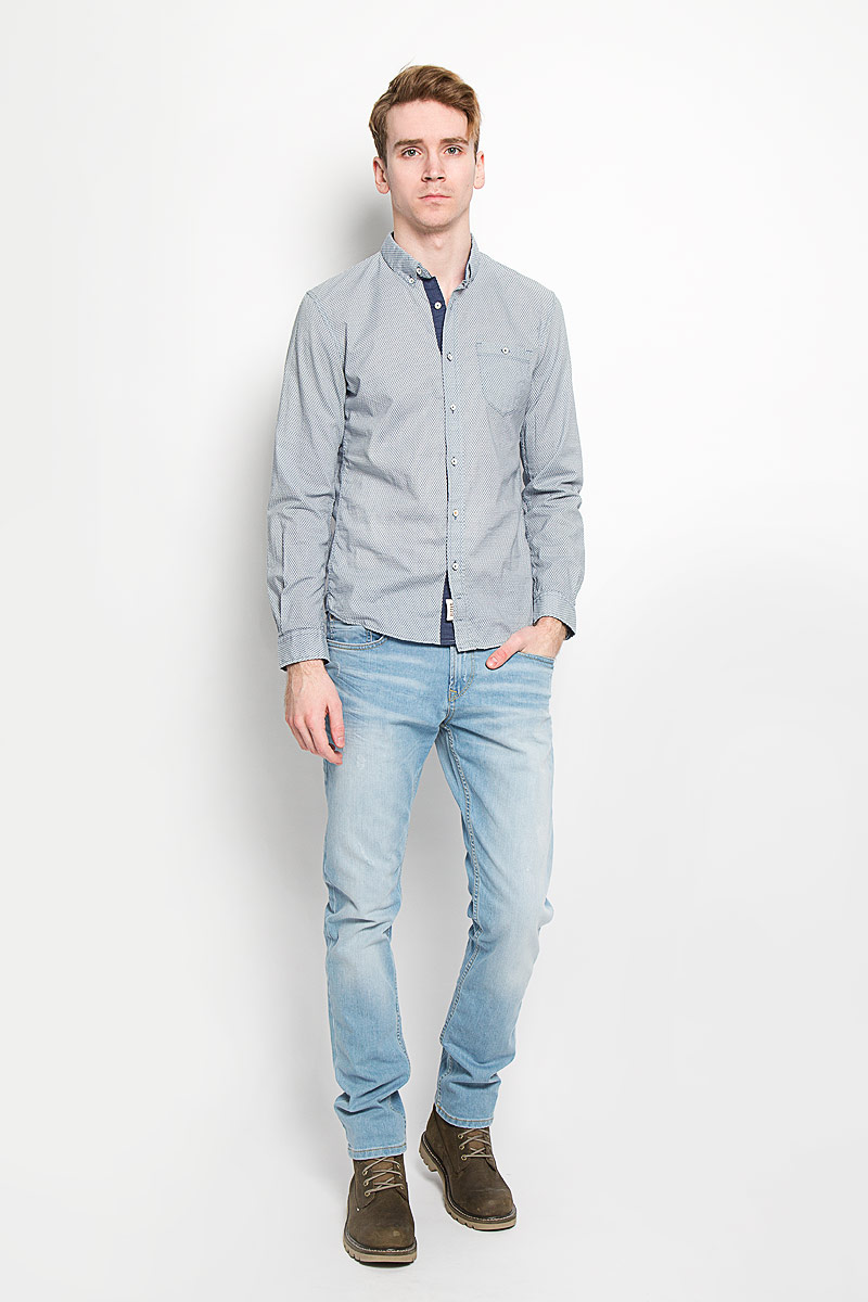Рубашка мужская Tom Tailor Denim, цвет: серо-синий, экрю. 2031439.01.12. Размер L (50)2031439.01.12Мужская рубашка Tom Tailor Denim, выполненная из натурального хлопка, идеально дополнит ваш образ. Материал мягкий и приятный на ощупь, не сковывает движения и позволяет коже дышать.Рубашка приталенного кроя, с длинными рукавами, отложным воротником и закруглённым низом. Края воротника спереди пристегиваются к модели на пуговицы. Изделие спереди застегивается на пуговицы. Манжеты на рукавах также застегиваются на пуговицы. На груди модель дополнена накладным карманом на пуговице. Рубашка оформлена мелким контрастным принтом в виде ромбов.Такая модель будет дарить вам комфорт в течение всего дня и станет стильным дополнением к вашему гардеробу.