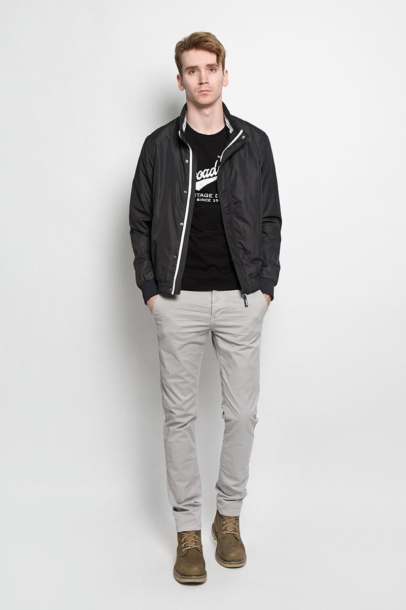 Куртка мужская Broadway, цвет: черный. 20100136 999. Размер M (48)20100136 999Стильная мужская куртка Broadway отлично подойдет для прохладной погоды. Модель прямого кроя с длинными рукавами и воротником-стойкой застегивается на застежку-молнию. Застежка дополнена ветрозащитным клапаном на металлических кнопках. Рукава и низ изделия выполнены трикотажной резинкой, что препятствует проникновению холодного воздуха. Воротник также дополнен с внутренней стороны трикотажной резинкой. Куртка оснащена прорезными карманами на кнопках. Предусмотрен внутренний прорезной карман. Изделие украшено логотипом бренда на левом рукаве. Эта модная куртка послужит отличным дополнением к вашему гардеробу.