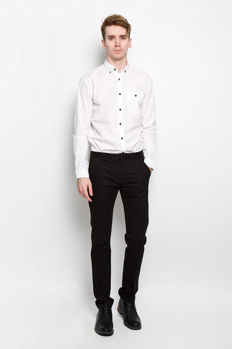Рубашка мужская Tom Tailor Denim, цвет: белый. 2031285.00.12. Размер S (46)2031285.00.12Стильная мужская рубашка Tom Tailor Denim, изготовленная из высококачественного хлопка, необычайно мягкая и приятная на ощупь, не сковывает движения и позволяет коже дышать, обеспечивая наибольший комфорт. Классическая рубашка свободного кроя с отложным воротником, длинными рукавами и полукруглым низом застегивается на пластиковые пуговицы. Длинные рукава дополнены манжетами на пуговицах. Воротник фиксируется на пуговицы. Спереди рубашка дополнена одним накладным карманом на застежке-пуговице.Такая модель порадует настоящих ценителей комфорта и практичности!