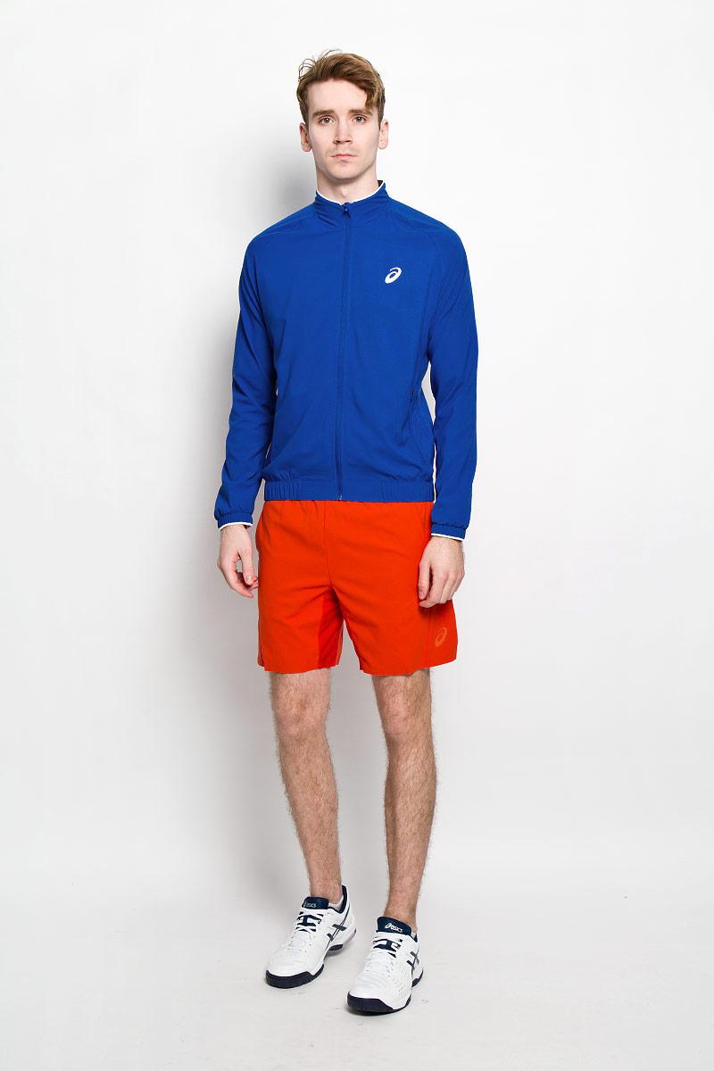 Куртка для тенниса мужская Asics Club Woven Jacket, цвет: синий. 130240-8107. Размер L (50/52)130240-8107Мужская куртка для тенниса Club Woven Jacket от Asics, изготовленная из полиэстера, специально разработана для спортивных и активных мужчин. Куртка с воротником-стойкой застегивается на застежку-молнию с ветрозащитным клапаном. По бокам модель дополнена двумя втачными карманами на застежках-молниях. На внутренней стороне размещаются два потайных накладных кармана. Спереди куртка оформлена светоотражающим логотипом. Понизу модель дополнена широкой резинкой, что поможет избежать проникновения ветра. Рукава дополнены манжетами на резинках. Стильная куртка будет удобна для выполнения разминки перед выходом на корт. Вы сразу будете готовы выиграть свое первое очко. А после напряженной игры она поможет вам избежать переохлаждения.