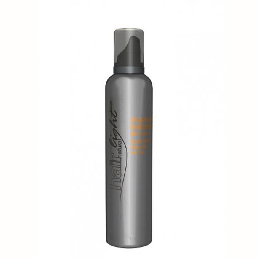 Hair Company Мусс из натуральных хлебных отрубей Hair Light Mousse Trattante 250 мл009690/LB10309 RUSБлагодаря высокому уровню содержания натуральных протеинов на основе отрубей мусс из натуральных хлебных отрубей Hair Company Hair Light Mousse Trattante, увлажняет и защищает кожу, оживляет волосы, делая их шелковистыми и блестящими перед, во время и после каждой обработки. Мусс универсален в применении, его можно использовать перед химической завивкой для выравнивания структуры (без ополаскивания), в качестве протектора и дополнительной защиты перед обесцвечиванием или осветлением (без ополаскивания), как кондиционер после каждого мытья волос (с ополаскиванием или без зависит от степени обезвоженности и повреждения). Добавление в красящую смесь создает более увлажняющую формулу, идеальную для уязвимых волос. Результат - блестящие здоровые и равномерно окрашенные волосы.