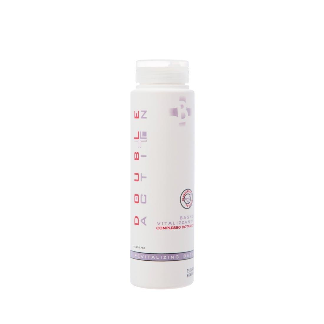 Hair Company Специальный шампунь против выпадения волос Double Action Bagno Vitalizzante Shampoo 200 мл012225/LB10880 RUSСпециальный шампунь против выпадения волос Hair Company Double Action Bagno Vitalizzante Shampoo обладает уникальным составом, эффективно воздействует на волосяную луковицу. В состав шампуня входят натуральные ингредиенты — растительные экстракты китайской софоры, имбиря и ягод кипариса, укрепляют волос, насыщают витаминами и минералами, увлажняют и восстанавливают кератиновую структуру волос. Шампунь придает волосам жизненный тонус, чувство свежести и легкости. Они становятся более привлекательными, послушными и необыкновенно мягкими на ощупь.