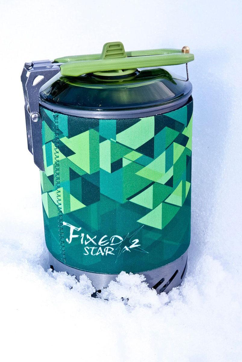 Система приготовления пищи Fire-Maple STAR X2, цвет: зеленыйFMS-X2Система приготовления пищи Fire-Maple STAR X2 - высокоэффективная комбинированная система приготовления пищи второй генерации. Система приготовления пищи STAR X2 имеет встроенную, проверенную, систему теплообмена в нижней части котелка. Эта система позволяет увеличить энергоэффективность эксплуатации на 30% (на 30% быстрее кипятит воду, на 30% меньше расходуется топливо – оптимальная экономия газа, и на 30% экономит место). Сам котелок по прежнему имеет фактический объем в 1,2 л и так же позволяет разместить в него всю систему с новыми аксессуарами, включая картридж на 230 гр. Либо отдельно разместить картридж на 450 гр в котелок. Сам котелок имеет TPE-покрытие (термопластичный эластомер), выполняющее термофункцию при готовке и употреблении пищи, а так же защищает от случайных ожогов. Это позволяет держать котелок в руках, помимо ручки котелка. Проваренный специальным образом стыковочный шов на котелке полностью устраняет выброс вредных металлов в процессе готовки. Штатный ветрозащитный кожух вокруг теплообменной системы позволяет защитить пламя от ветра без обязательного применения ветрозащитного экрана. Котелок в новой модификации оснащен специальной крышкой из прозрачного пластика, который теперь позволяет определить кипячение воды визуально через крышку, что в условиях теплого и жаркого климата не просто определить по отверстию для выхода пара. Также крышка имеет отверстие для вывода пара и силиконовую, приятную на ощупь ручку для снятия крышки. В новой версии комбинированной системы приготовления пищи STAR X2 полностью пересмотрена эргономика ручек. Теперь имеется одна широкая и комфортная ручка, отделанная жаростойким полиматериалом. Никогда не было еще так комфортно держать систему в руках. В сложенном виде новая ручка является замком для крышки котелка. Сложенная ручка с противоположной стороны котелка закрывается на стальной трос. Данная конструкция в сложенном виде обеспечивает абсолютную на