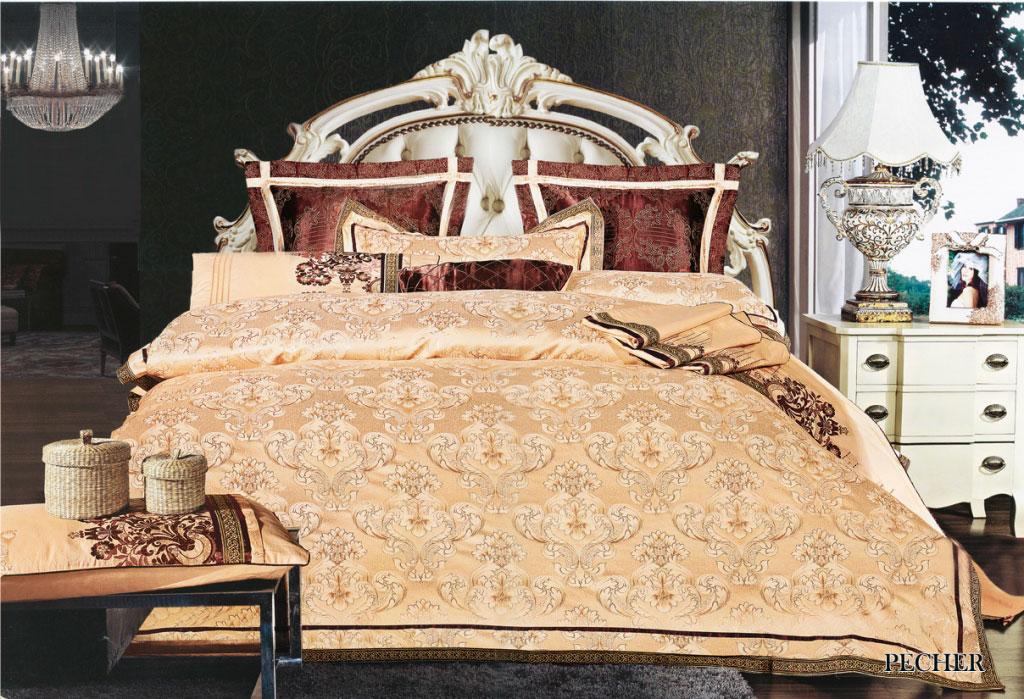 Комплект белья Arya Pecher, 2-спальный, наволочки 50x70, 70x70K100Роскошный комплект постельного белья линии Броде Жаккард изготовлен изхлопкового жаккарда с нежным тонким гипюром высокогокачества. Состоит из пододеяльника, простыни и четырех наволочек. Жаккард – это ткань с уникальным рисунком, который создают на специальномстанке. Из-за сложного плетения эта ткань довольно жесткая,поэтому используют ее только для верхней стороны пододеяльника инаволочек. Хлопковый жаккард соединяет в себе все плюсы натуральнойткани и сложного плетения: хорошо впитывает влагу, дышит, долговечен ипрочнее любой ткани, кроме натурального шелка. В сатине высокой плотности нити очень сильно скручены, поэтому ткань гладкаяи немного блестит. Комплект из плотного сатина прослужитдольше любого другого хлопкового белья. Благодаря диагональномупересечению нитей, он почти не мнется, и по гладкости и мягкости уступаетлишь атласным тканям. Гипюром называется кружевное полотно, состоящее изфрагментов, сплетенных на коклюшках или сшитых иглой.Фрагменты соединяются тонкими связками. Гипюр производится изнаитончайших шелковых или хлопчатобумажных нитей. На данный моментгипюр делают машинным способом. Именно гипюром, сплетенным изхлопчатобумажных нитей, и украшен этот комплект постельного белья.