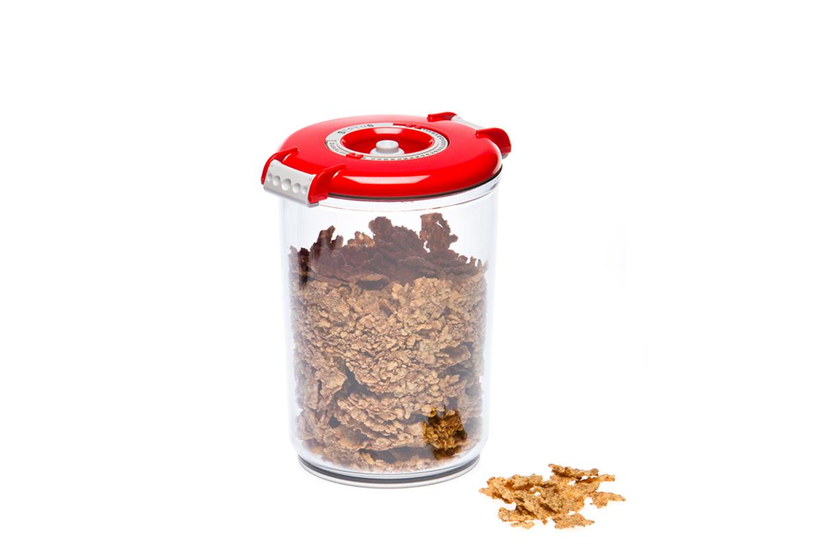 Контейнер вакуумный Status, цвет: прозрачный, красный, 1,5 лVAC-RD-15 RedВакуумный контейнер Status рекомендован для хранения следующих продуктов: макаронные изделия, крупа, мука, кофе в зёрнах, сухофрукты, супы, соусы. Благодаря использованию вакуумных контейнеров, продукты не подвергаются внешнему воздействию и срок хранения значительно увеличивается. Продуктысохраняют свои вкусовые качества и аромат, а запахи в холодильнике не перемешиваются. Контейнер изготовлен из прочного хрустально-прозрачного тритана. На крышке - индикатор даты (месяц, число). Допускается замораживание (до -21 °C), мойка контейнера в посудомоечной машине, разогрев в СВЧ (без крышки). Объем контейнера: 1,5 л. Размер: 13 х 13 х 19,5 см.