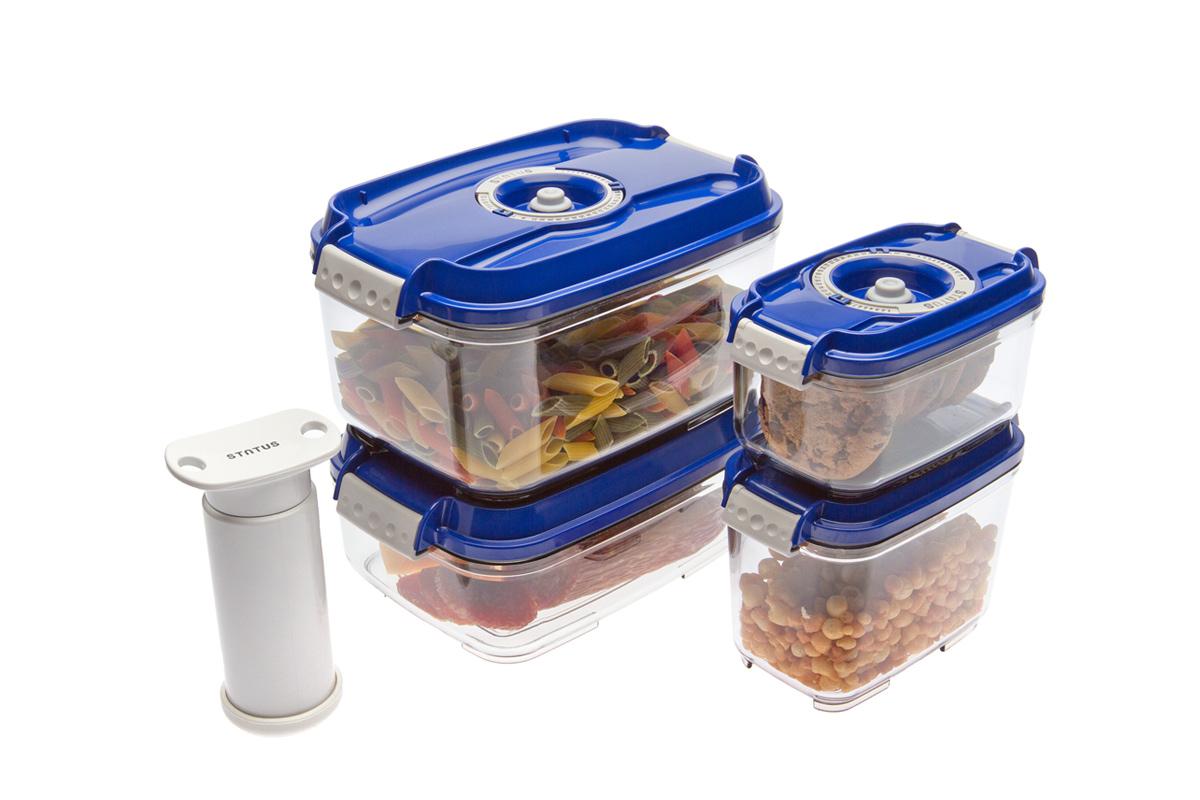 Набор вакуумных контейнеров Status, цвет: прозрачный, синий, 4 шт, + ПОДАРОК: вакуумный насос StatusVAC-RD-075 RedНабор вакуумных контейнеров Status рекомендован для хранения следующих продуктов: фрукты, овощи, хлеб, колбасы, сыры, сладости, соусы, супы. Благодаря использованию вакуумных контейнеров, продукты не подвергаются внешнему воздействию и срок хранения значительно увеличивается. Продуктысохраняют свои вкусовые качества и аромат, а запахи в холодильнике не перемешиваются. Контейнеры изготовлены из прочного хрустально-прозрачного тритана. На крышке - индикатор даты (месяц, число). Допускается замораживание (до -21 °C), мойка контейнера в посудомоечной машине, разогрев в СВЧ (без крышки). Объем контейнеров: 0,5; 0,8; 1,4; 2,0 л. Вакуумный насос Status станет отличным дополнением к набору аксессуаров и принадлежностей для кухни. Прибор практичен и удобен в использовании,помогает сохранить свежесть продуктов и увеличить их срок хранения. Такой эффект достигается путем создания внутри контейнеров вакуума, которыйприостанавливает размножение в продуктах бактерий и плесневых грибов.