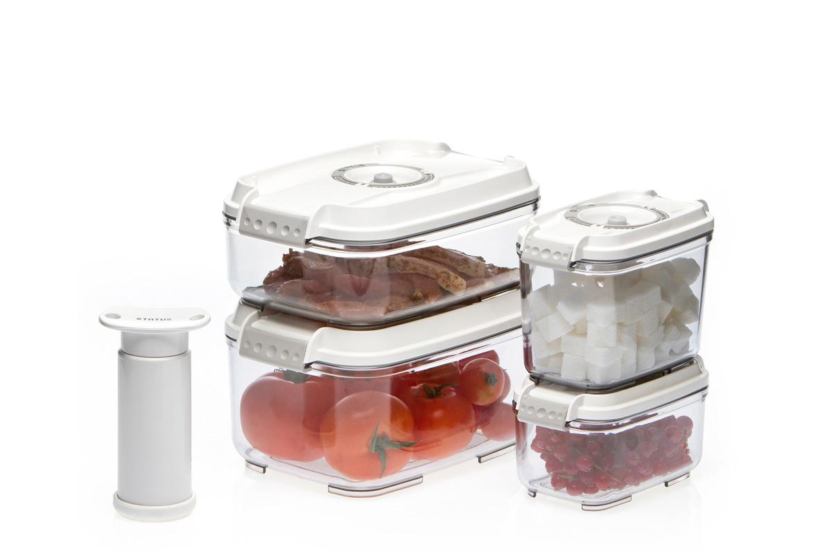 """Набор вакуумных контейнеров """"Status"""" рекомендован для хранения следующих продуктов:  фрукты, овощи, хлеб, колбасы, сыры, сладости, соусы, супы. Благодаря использованию вакуумных контейнеров, продукты не подвергаются внешнему  воздействию и срок хранения значительно увеличивается. Продукты сохраняют свои вкусовые  качества и аромат, а запахи в холодильнике не перемешиваются. Контейнеры изготовлены из прочного хрустально-прозрачного тритана. На крышке - индикатор  даты (месяц, число). Допускается замораживание (до -21 °C), мойка контейнера в посудомоечной машине, разогрев в  СВЧ (без крышки). Объем контейнеров: 0,5; 0,8; 1,4; 2,0 л. Вакуумный насос """"Status"""" станет отличным дополнением к набору аксессуаров и принадлежностей  для кухни. Прибор практичен и удобен в использовании, помогает сохранить свежесть продуктов  и увеличить их срок хранения. Такой эффект достигается путем создания внутри контейнеров  вакуума, который приостанавливает размножение в продуктах бактерий и плесневых грибов."""