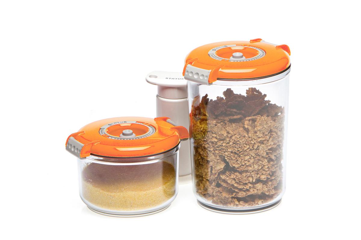Набор вакуумных контейнеров Status, цвет: прозрачный, оранжевый, 2 шт, + ПОДАРОК: вакуумный насос StatusVAC-RD-Round OrangeНабор вакуумных контейнеров Status рекомендован для хранения следующих продуктов: сахар, кофе в зёрнах, чай, мука, крупы, соусы, супы.Благодаря использованию вакуумных контейнеров, продукты не подвергаются внешнему воздействию и срок хранения значительно увеличивается. Продукты сохраняют свои вкусовые качества и аромат, а запахи в холодильнике не перемешиваются.Контейнеры изготовлены из прочного хрустально-прозрачного тритана. На крышке - индикатор даты (месяц, число).Допускается замораживание (до -21 °C), мойка контейнера в посудомоечной машине, разогрев в СВЧ (без крышки).Объем контейнеров: 0,75; 1,5 л.Вакуумный насос Status станет отличным дополнением к набору аксессуаров и принадлежностей для кухни. Прибор практичен и удобен в использовании, помогает сохранить свежесть продуктов и увеличить их срок хранения. Такой эффект достигается путем создания внутри контейнеров вакуума, который приостанавливает размножение в продуктах бактерий и плесневых грибов.