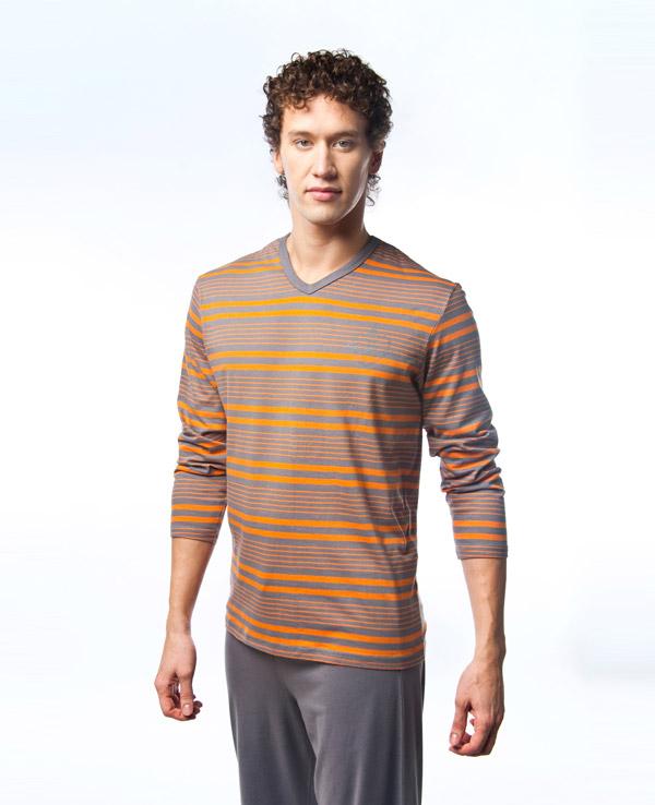 Пижама мужская Lowry, цвет: серый, оранжевый. MPG-68. Размер XXL (52/54)MPG-68Симпатичная мужская пижама Lowry, изготовленная из высококачественного хлопка, приятная на ощупь, не сковывает движения, обеспечивая наибольший комфорт.Пижама состоит из кофты и брюк. Кофта с V-образным вырезом горловины и длинными рукавами оформлена принтом в полоску. Брюки свободного кроя дополнены на поясе эластичной резинкой и шнурком для лучшей фиксации по линии талии. Очень комфортная и уютная пижама.