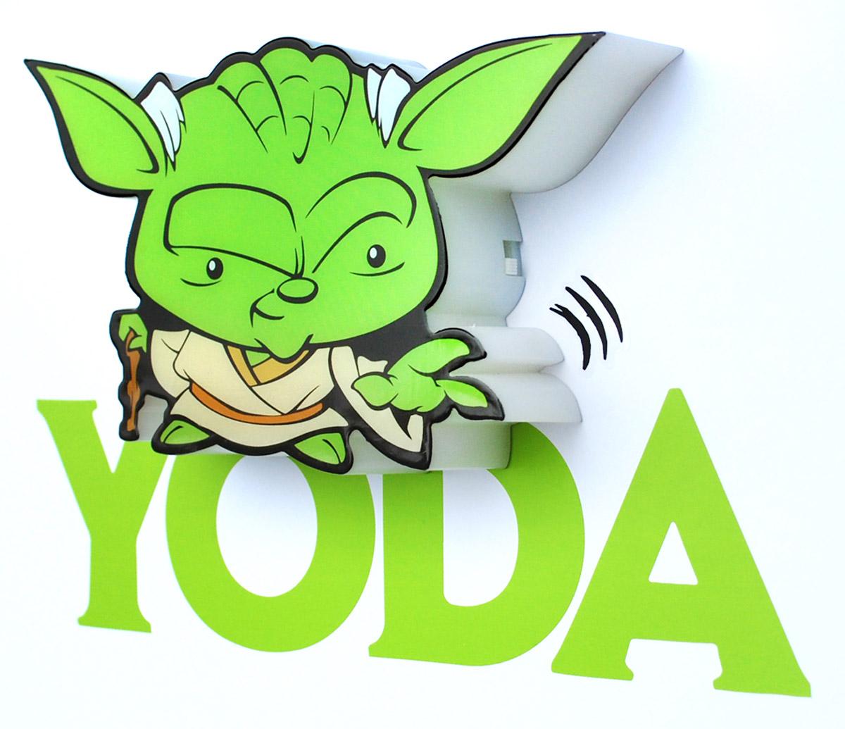 Пробивной 3D мини-светильник Star Wars Йода обязательно понравится вашему ребенку.Особенности:   Безопасный: без проводов, работает от батареек (2хААА, не входят в комплект);Не нагревается: всегда можно дотронуться до изделия;Реалистичный: 3D наклейка в комплекте;Фантастический: выглядит превосходно в любое время суток;Удобный: простая установка (автоматическое выключение через полчаса непрерывной работы).Товар предназначен для детей старше 3 лет. ВНИМАНИЕ! Содержит мелкие детали, использовать под непосредственным наблюдением взрослых.