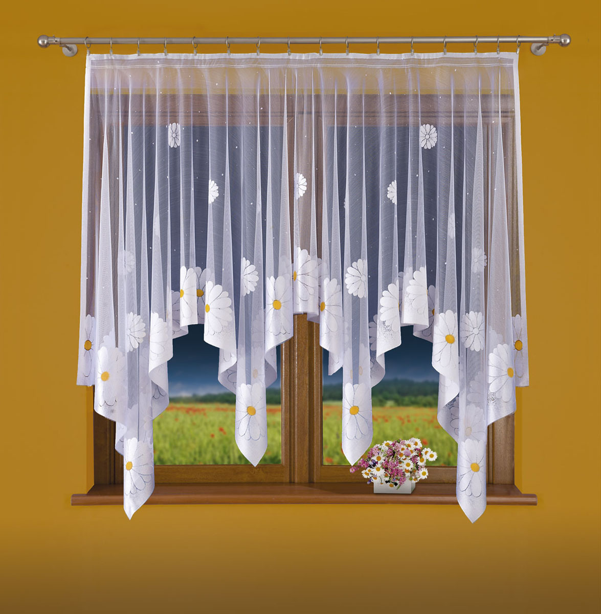 Штора для кухни Wisan, на ленте, цвет: белый, высота 160 см. 696Е696ЕШтора Wisan, выполненная из легкого полупрозрачного полиэстера белого цвета, станет великолепным украшением кухонного окна. Изделие имеет ассиметричную длину и красивый узор в виде ромашек по краю. Качественный материал и оригинальный дизайн привлекут к себе внимание и позволят шторе органично вписаться в интерьер помещения. Штора оснащена шторной лентой под зажимы для крепления на карниз.
