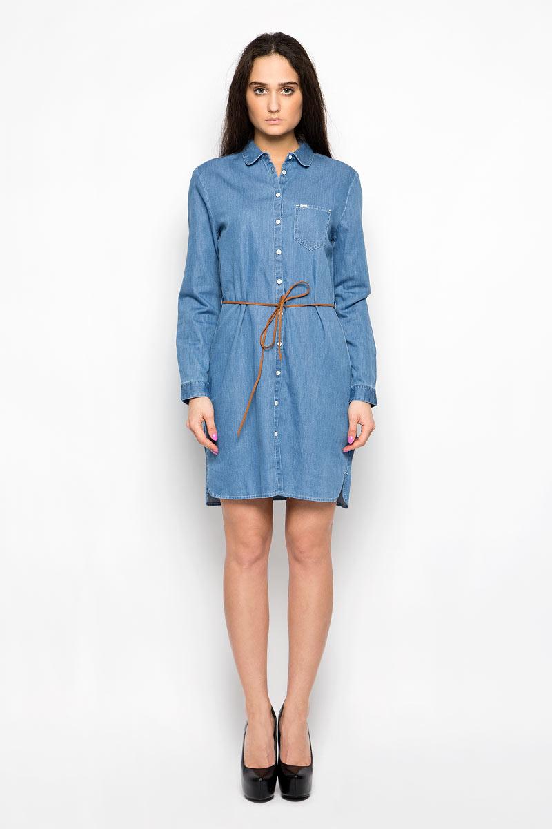 Платье Wrangler, цвет: голубой. W90485G8E. Размер XL (48)W90485G8EДжинсовое платье Wrangler поможет создать яркий и стильный образ. Изготовленное из натурального хлопка, оно легкое, мягкое и приятное на ощупь, позволяет коже дышать.Модель с отложным воротником и длинными рукавами застегивается по всей длине на пуговицы. На груди расположен накладной карман. Манжеты на рукавах имеют застежки-пуговицы. На поясе платье дополнено узким пояском со шлевками. По бокам предусмотрены небольшие разрезы.Такое платье займет достойное место в вашем гардеробе, а также подарит вам комфорт в течение всего дня.