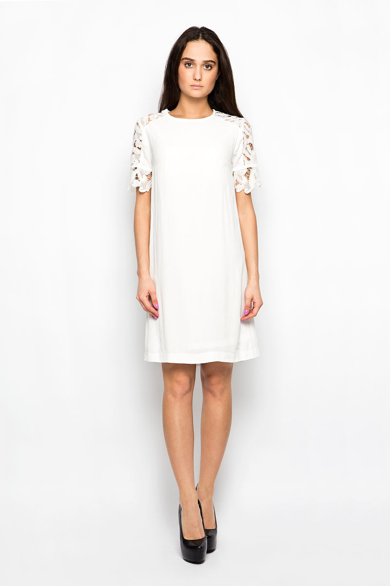 Платье Baon, цвет: молочный. B456027. Размер S (44)B456027Красивое платье Baon поможет создать привлекательный женственный образ. Изделие выполнено из мягкой вискозы, приятное к телу, не сковывает движения и хорошо вентилируется. Тонкая и легкая подкладка платья изготовлена из полиэстера. Модель с круглым вырезом горловины и короткими рукавами-реглан застегивается сзади на небольшую металлическую молнию. Рукава декорированы кружевными вставками. Это эффектное платье займет достойное место в вашем гардеробе!