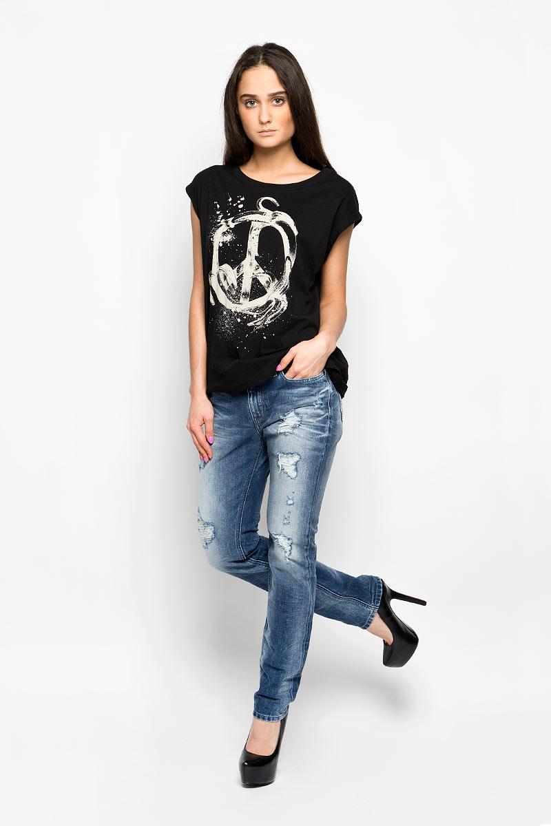 Джинсы женские Diesel Kameron, цвет: синий джинс. 00SCDR-0848I. Размер 26-32 (42-32)00SCDR-0848IМодные женские джинсы Diesel Kameron станут отличным дополнением к вашему гардеробу. Изготовленные из натурального хлопка, они приятные на ощупь, не сковывают движения и позволяют коже дышать.Джинсы-бойфренды застегиваются на металлическую пуговицу и имеют ширинку на застежке-молнии, а также шлевки для ремня. Спереди расположены два втачных кармана и один маленький накладной, а сзади - два накладных кармана. Изделие оформлено эффектом искусственного состаривания денима: прорезями, потертостями, перманентными складками.Современный дизайн, отличное качество и расцветка делают эти джинсы стильным предметом женской одежды. Это идеальный вариант для тех, кто хочет заявить о себе и своей индивидуальности.
