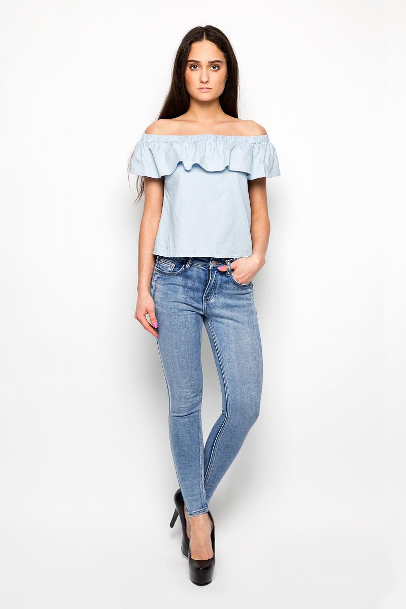 Джинсы женские Glamorous, цвет: голубой джинс. JL5249. Размер S (44)JL5249Стильные женские джинсы Glamorous - джинсы высочайшего качества на каждый день.Модель прилегающего кроя изготовлена из эластичного хлопка с добавлением полиэстера. Такие джинсы выгодно подчеркнут достоинства вашей фигуры. Застегиваются джинсы на пуговицу в поясе и ширинку на металлической застежке-молнии. Спереди расположены два втачных кармана с закругленными срезами и один маленький секретный кармашек, а сзади модель дополнена двумя накладными карманами.Эти модные и в то же время комфортные джинсы послужат отличным дополнением к вашему гардеробу. В них вы всегда будете чувствовать себя уютно и комфортно.