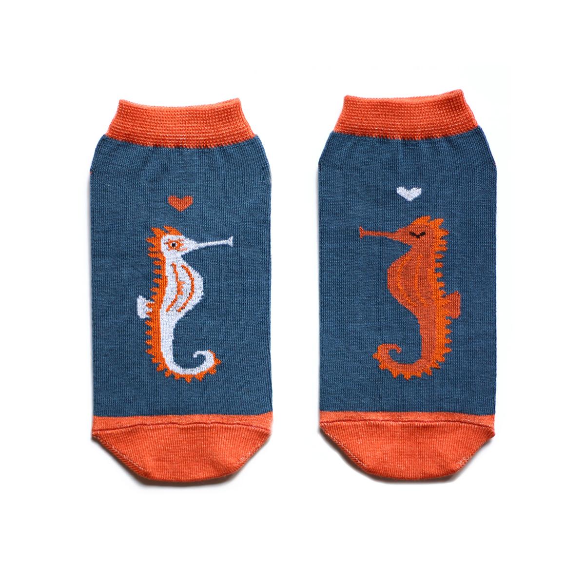 Носки женские Big Bang Socks, цвет: синий, оранжевый. ca1922. Размер 35/39ca1922Укороченные женские носки Big Bang Socks изготовлены из высококачественного хлопка с добавлением полиамидных и эластановых волокон, которые обеспечивают великолепную посадку. Носки отличаются ярким стильным дизайном, они оформлены изображением морских коньков. Удобная резинка идеально облегает ногу и не пережимает сосуды, а усиленные пятка и мысок повышают износоустойчивость носка. Дизайнерские носки Big Bang Socks - яркая деталь в вашем образе и оригинальный подарок для друзей и близких.