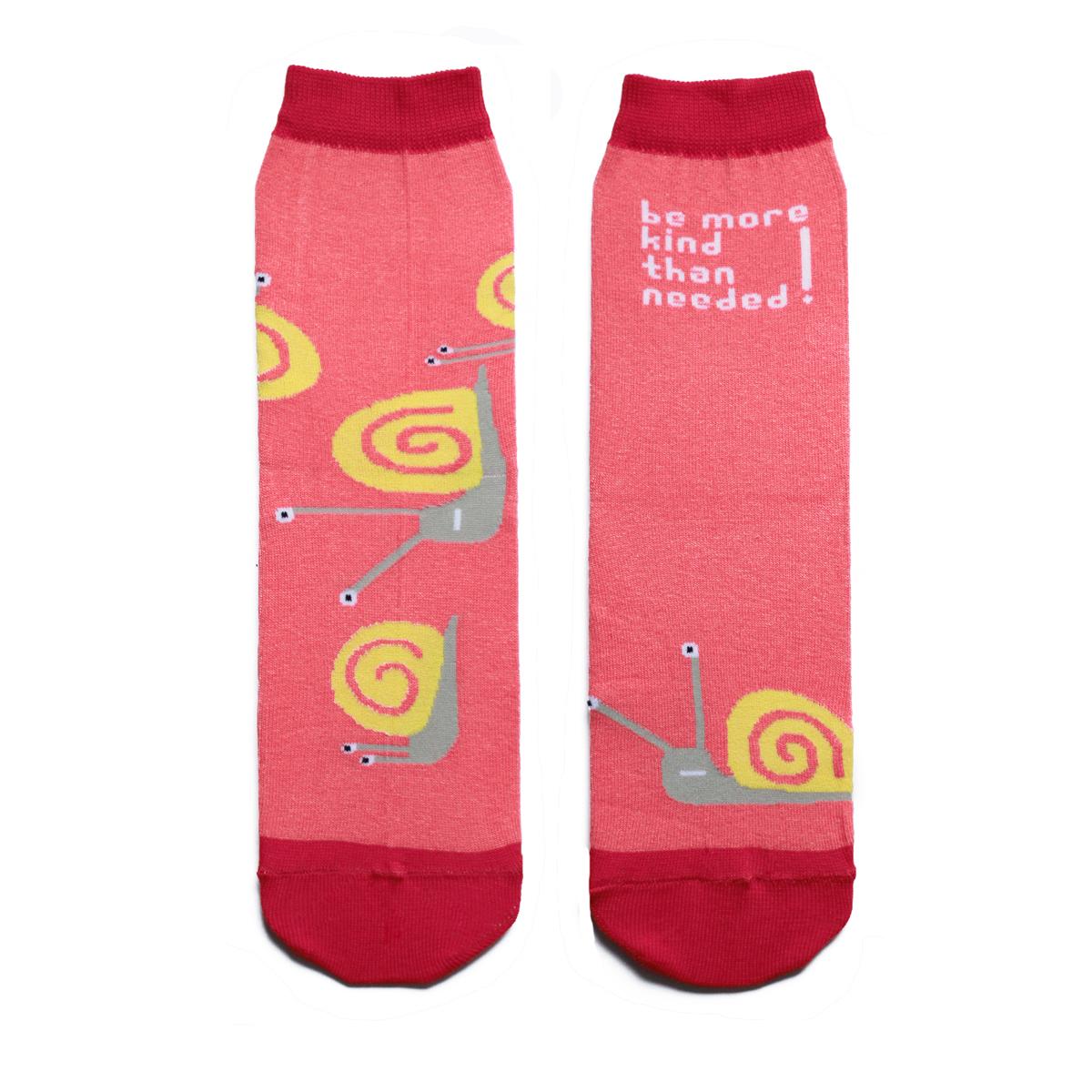 Носки мужские Big Bang Socks Улитка, цвет: розовый, красный, желтый. a161. Размер 40/44a161Мужские носки Big Bang Socks изготовлены из высококачественного хлопка с добавлением полиамидных и эластановых волокон, которые обеспечивают великолепную посадку. Носки отличаются ярким стильным дизайном, они оформлены изображением улиток и надписью: Be more kind than needed!. Удобная широкая резинка идеально облегает ногу и не пережимает сосуды, усиленные пятка и мысок повышают износоустойчивость носка, а удлиненный паголенок придает более эстетичный вид. Дизайнерские носки Big Bang Socks - яркая деталь в вашем образе и оригинальный подарок для друзей и близких.