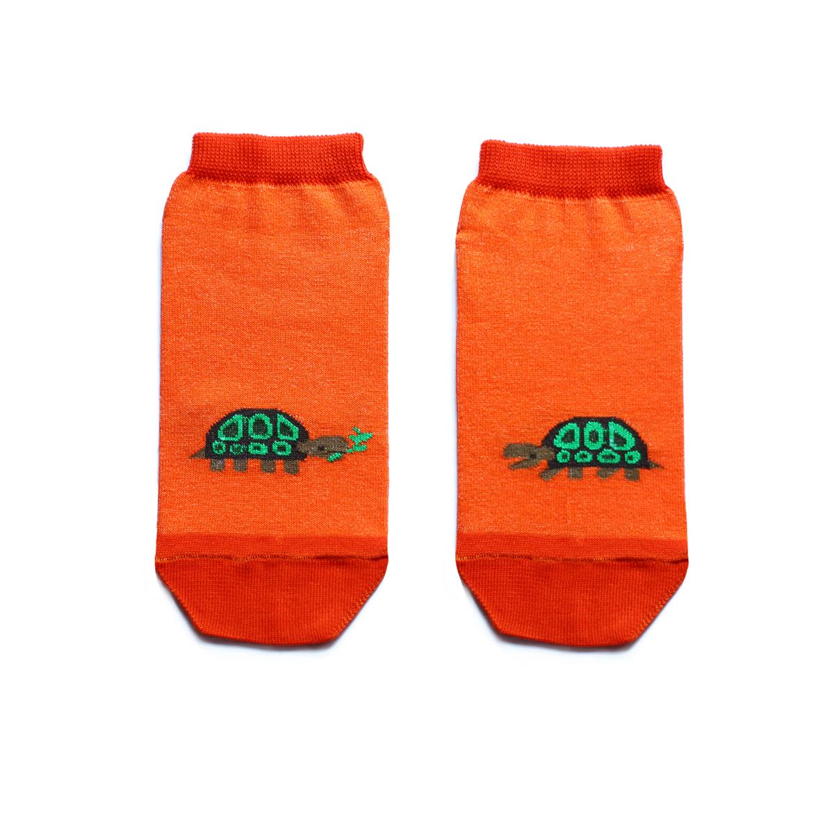 Носки женские Big Bang Socks, цвет: оранжевый, зеленый. ca1522. Размер 35/39ca1522Укороченные женские носки Big Bang Socks изготовлены из высококачественного хлопка с добавлением полиамидных и эластановых волокон, которые обеспечивают великолепную посадку. Носки отличаются ярким стильным дизайном, они оформлены изображением черепахи. Удобная резинка идеально облегает ногу и не пережимает сосуды, а усиленные пятка и мысок повышают износоустойчивость носка. Дизайнерские носки Big Bang Socks - яркая деталь в вашем образе и оригинальный подарок для друзей и близких.