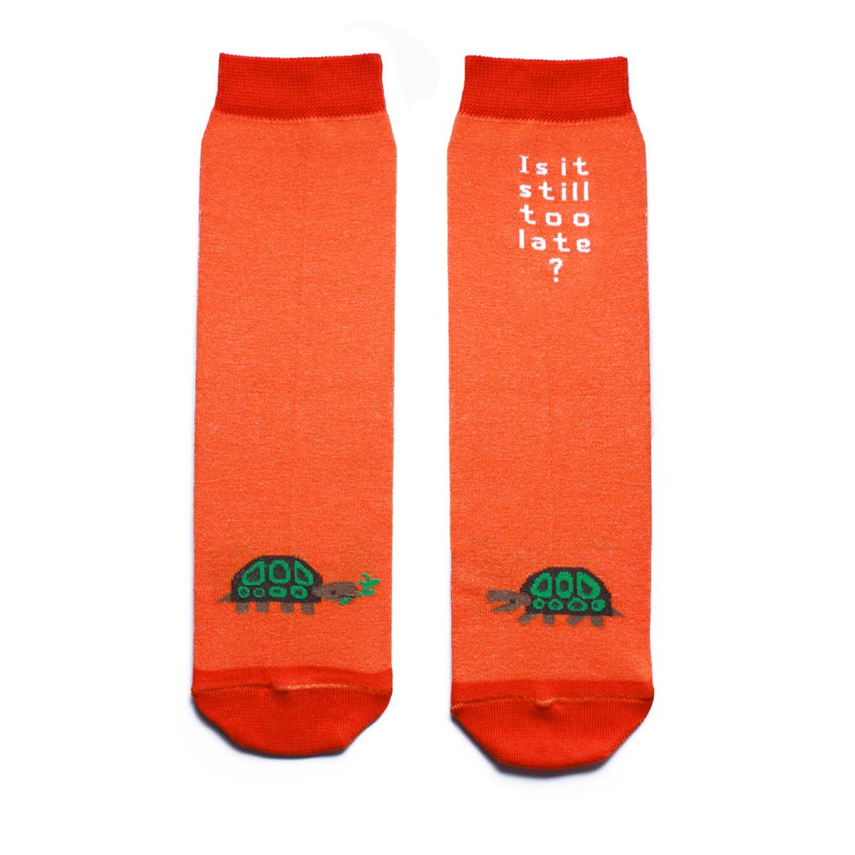 Носки женские Big Bang Socks, цвет: оранжевый, зеленый. ca1521. Размер 35/39ca1521Яркие женские носки Big Bang Socks изготовлены из высококачественного хлопка с добавлением полиамидных и эластановых волокон, которые обеспечивают великолепную посадку. Носки отличаются ярким стильным дизайном, они оформлены изображением черепахи и надписью: Is it still too late?. Удобная резинка идеально облегает ногу и не пережимает сосуды, усиленные пятка и мысок повышают износоустойчивость носка, а удлиненный паголенок придает более эстетичный вид. Дизайнерские носки Big Bang Socks - яркая деталь в вашем образе и оригинальный подарок для друзей и близких.