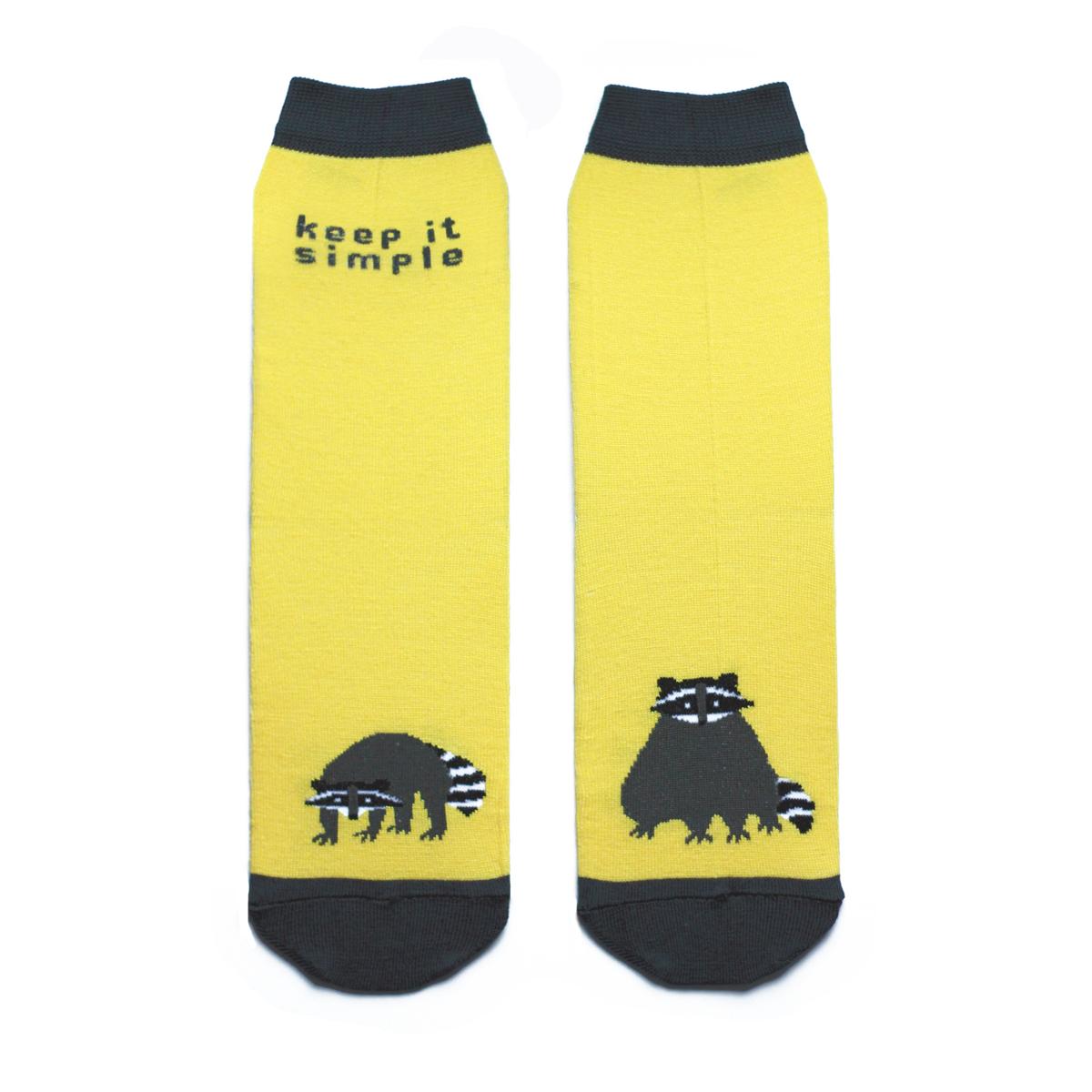 Носки женские Big Bang Socks, цвет: желтый, темно-серый. ca1221. Размер 35/39ca1221Яркие женские носки Big Bang Socks изготовлены из высококачественного хлопка с добавлением полиамидных и эластановых волокон, которые обеспечивают великолепную посадку. Носки отличаются ярким стильным дизайном, они оформлены изображением енота и надписью: Keep it simple. Удобная резинка идеально облегает ногу и не пережимает сосуды, усиленные пятка и мысок повышают износоустойчивость носка, а удлиненный паголенок придает более эстетичный вид. Дизайнерские носки Big Bang Socks - яркая деталь в вашем образе и оригинальный подарок для друзей и близких.