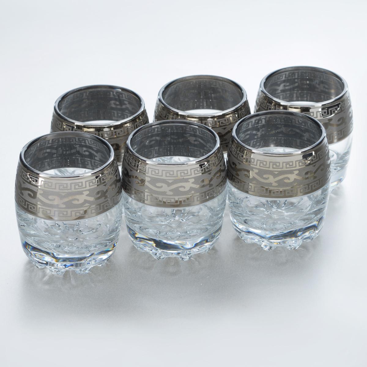 """Набор Гусь-Хрустальный """"Версаче"""" состоит из 6 стопок, изготовленных из высококачественного натрий-кальций-силикатного стекла. Изделия оформлены красивым зеркальным покрытием и оригинальным узором. Такой набор прекрасно дополнит праздничный стол и станет желанным подарком в любом доме. Можно мыть в посудомоечной машине. Диаметр стопки (по верхнему краю): 4,5 см. Высота стопки: 6 см."""
