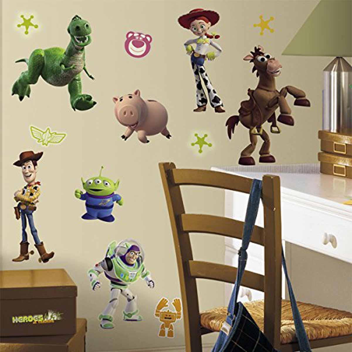 """Наклейка интерьерная Roommates """"История игрушек 3. Большой побег"""" обязательно станет украшением вашей квартиры.Придайте комнате оригинальный и веселый вид с новым набором наклеек для декора. Наклейки, входящие в набор, изображают основных персонажей знаменитого мультфильма """"История игрушек 3. Большой побег"""". Некоторые из стикеров светятся в темноте! Всего в наборе 34 стикера. Наклейки не нужно вырезать - их следует просто отсоединить от защитного слоя и поместить на стену или любую другую плоскую гладкую поверхность. Наклейки многоразовые: их легко переклеивать и снимать со стены, они не оставляют липких следов на поверхности.В каждой индивидуальной упаковке вы можете найти 4 листа с различными наклейками."""