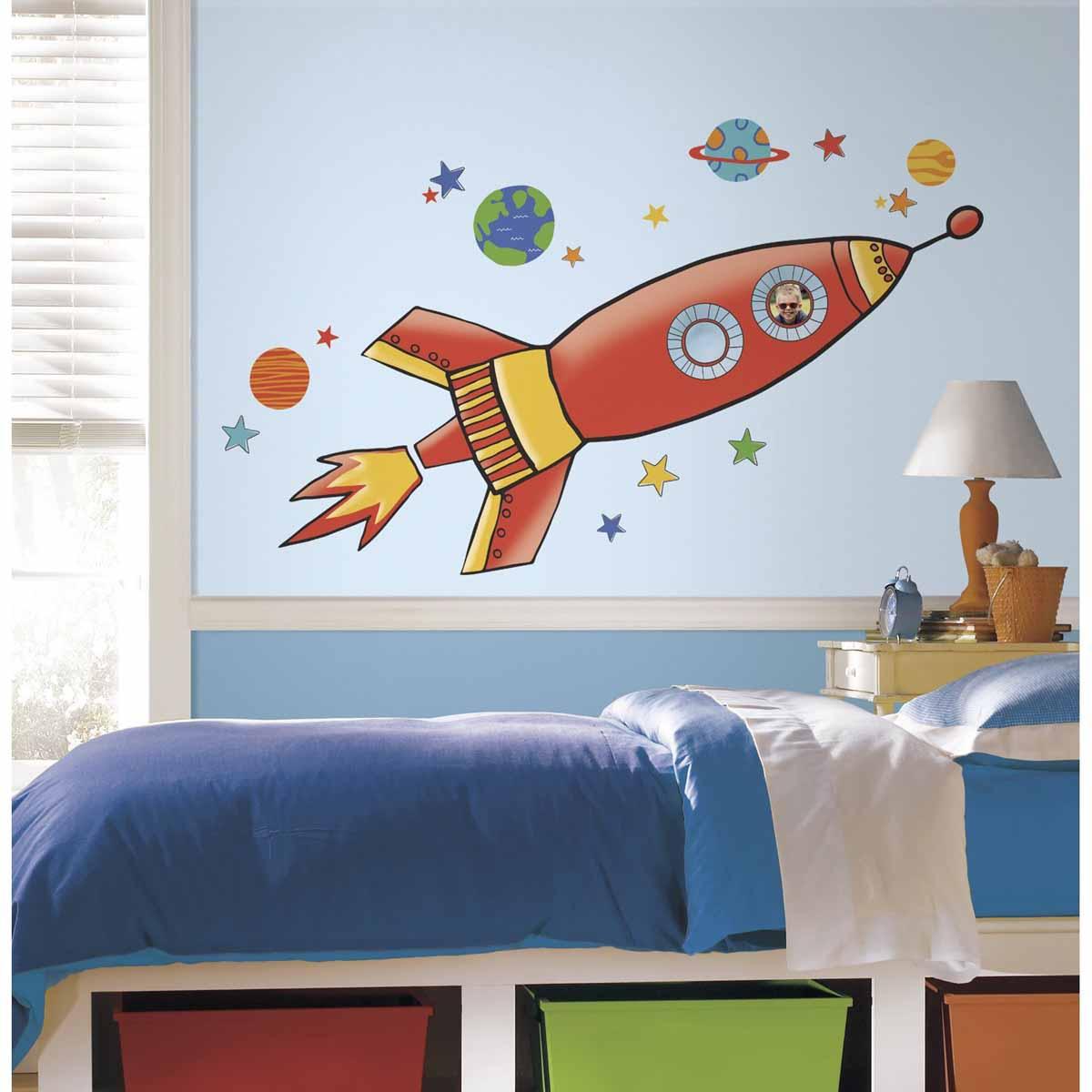 RoomMates Наклейки для декора РакетаRMK2619GMНаклейки для декора Ракета, большой формат от знаменитого производителя RoomMates станут украшением вашей квартиры! Украсьте комнату вашего ребенка большим красочным изображением космической ракеты! Наклейки, входящие в набор, изображают большую яркую ракету в окружении звезд и планет. Величина изображения 135 х 49,3 см! Наклейки не нужно вырезать - их следует просто отсоединить от защитного слоя и поместить на стену или любую другую плоскую гладкую поверхность. Наклейки многоразовые: их легко переклеивать и снимать со стены, они не оставляют липких следов на поверхности.