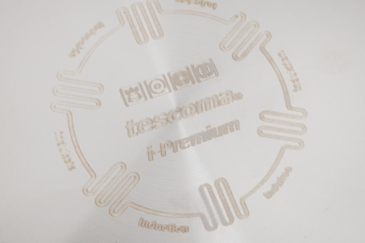 """Сковорода Tescoma """"I-Premium"""" выполнена из алюминия с антипригарным покрытием. Дно выполнено из нержавеющей стали. Оптимальное соотношение толщины дна и стенок, а также хорошие теплопроводные свойства стали гарантируют равномерное нагревание посуды и, как следствие, быстрое приготовление любимых блюд. Ручка выполнена из нержавеющей стали и пластика с покрытием non-stick. Приготовленная пища сохранит все полезные свойства продуктов и никогда не пригорит. Сковорода подходит для всех видов плит, в том числе и индукционных. Можно мыть в посудомоечной машине.Высота стенок сковороды: 5,5 см. Толщина стенок сковороды: 4 мм. Толщина дна сковороды: 6 мм. Длина ручки сковороды: 19 см.Диаметр индукционного диска: 22,5 см."""