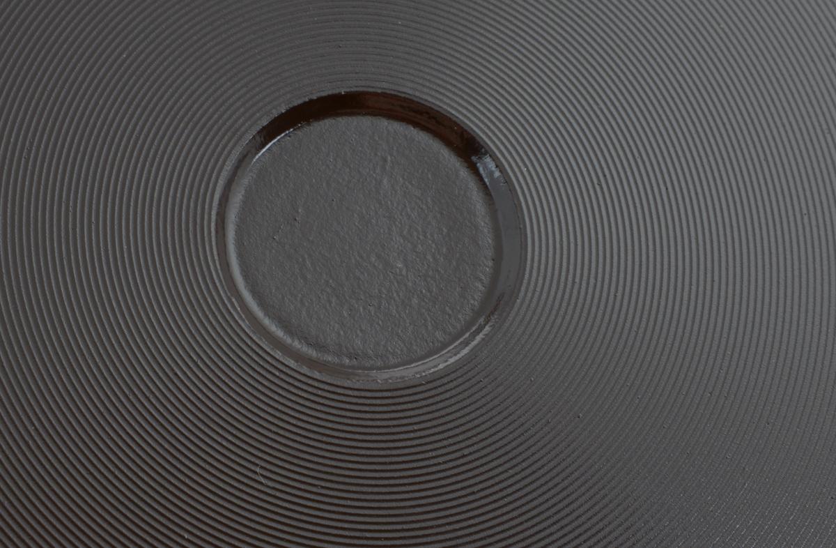 """Сковорода Vari """"Fresco Ceramiсa"""" выполнена из литого алюминия с натуральным  керамическим покрытием Fusion. Керамика экологична и безопасна в  использовании. Не содержит PFOA. Литая сковорода имеет отличные  термоаккумулирующие свойства, идеальное  распределение тепла и повышенную прочность. Керамическая матрица покрытия Fusion имеет существенно более высокую  устойчивость к скалыванию. Сковорода """"Fresco Ceramiсa"""" обладает  антипригарным свойством наравне с традиционной антипригарной посудой, и  намного лучше обычной керамической посуды. Высокая устойчивость покрытия к  истиранию и увеличенный срок службы по сравнению с антипригарными  покрытиями. Светлое керамическое покрытие позволяет лучше контролировать  процесс приготовления еды. Эргономичная итальянская ручка с покрытием Soft Touch не позволит сковороде  выскользнуть из рук. Толстое дно сковороды защищено термостойким покрытием, предотвращающим  контакт алюминия со стеклокерамической поверхностью. Сковорода пригодна для использования на всех типах плит, кроме  индукционных. Допускается использование металлических предметов, но  избегайте разрезания пищи на сковороде ножом. Не следует мыть сковороду  металлическими щетками и абразивными чистящими средствами. Внутренний диаметр сковороды: 26 см. Высота стенки сковороды: 7 см. Диаметр диска сковороды: 20,5 см. Толщина стенки сковороды: 0,4 см. Толщина дна сковороды: 0,6 см. Длина ручки: 20 см."""