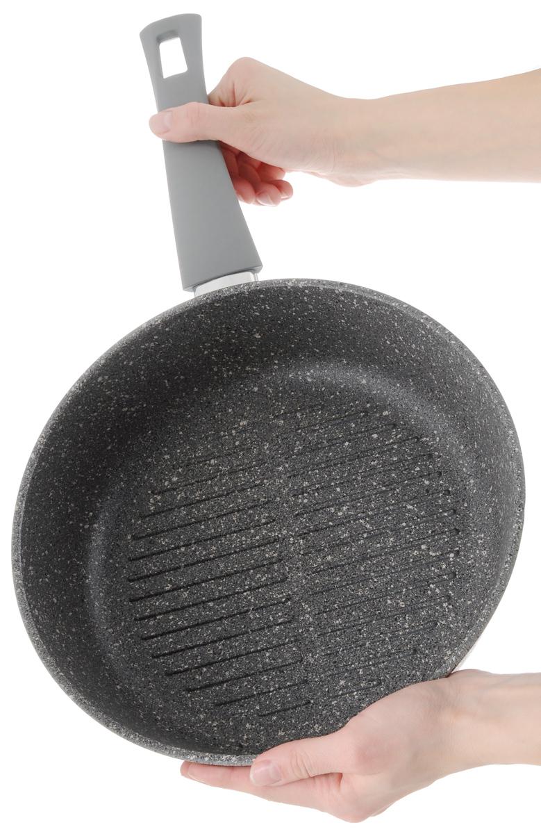 """Сковорода-гриль Vari """"Pietra"""" изготовлена из литого алюминия. Толстые стенки и дно (4,5 и 6 мм) обеспечивают равномерное распределение и длительное сохранение тепла, что позволяет готовить блюда любой сложности. Многослойное антипригарное покрытие Quantanium содержит сверхтвердые частицы соединений титана, что придает посуде каменную прочность. Поэтому посуда устойчива к царапинам, даже при использовании металлических предметов. Покрытие безопасно для здоровья человека, не выделяет вредного вещества PFOA.  Эргономичная ручка из термостойкого пластика с нескользящим покрытием Soft-Touch обеспечивает дополнительный комфорт во время использования.  Изделие отличается эффектным дизайном: внешнее покрытие напоминает структуру мрамора и гранита.  Посуду Pietra можно использовать на газовых, электрических и стеклокерамических плитах и мыть в посудомоечных машинах.  Высота стенки: 7 см.  Длина ручки: 19 см.  Диаметр (по верхнему краю): 26 см."""